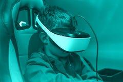 男孩佩带的vr耳机在虚拟现实中心 免版税图库摄影