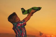 男孩使用与飞机 免版税库存照片