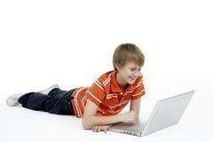 男孩使用年轻人的计算机膝上型计算&# 库存照片
