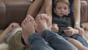 男孩倾斜了他们的脚互相反对并且无所事事  股票视频