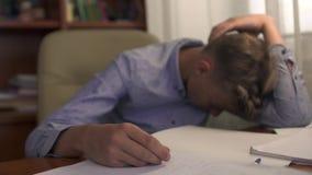 男孩做了他的家庭作业并且睡着了 股票视频