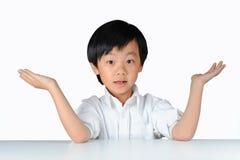 男孩做成功年轻人的被做的姿态工作 免版税库存照片