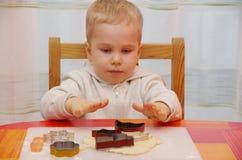 男孩做曲奇饼 库存图片