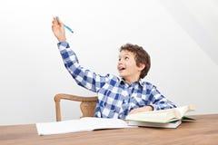 男孩做着他的家庭作业 库存图片