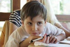 男孩做他的家庭作业 免版税图库摄影