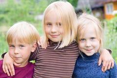 男孩儿童女孩愉快室外 免版税库存照片