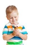 男孩儿童奶油愉快的冰查出的白色 库存图片
