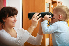 男孩儿童有采取照片他的母亲的照相机的孩子儿子。在家。 免版税库存照片