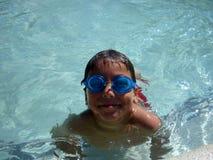 男孩充当与他的一个游泳池使用Google 图库摄影