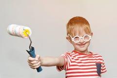 男孩充当房屋油漆工 画象 绘的路辗 库存图片