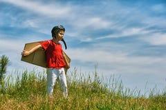 男孩充当飞机的飞行员 免版税库存图片
