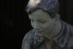 男孩先驱的雕象 免版税库存图片