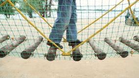 男孩克服一个富挑战性障碍 影视素材