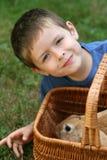 男孩兔子 免版税库存图片