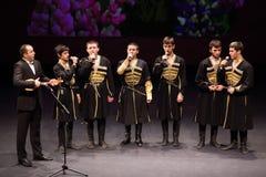 男孩共同安排gennady ledyakh学校唱歌 库存照片