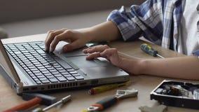 男孩冲浪的互联网,寻找关于修理的信息,好奇,有天才 影视素材