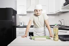 男孩准备烹调 免版税库存图片