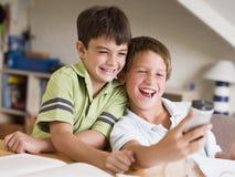 男孩分散了家庭作业他们的二个年轻人 免版税库存图片