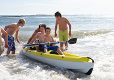 男孩划皮船少年 免版税图库摄影