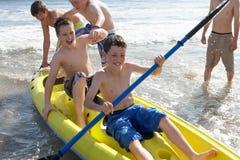 男孩划皮船少年 库存照片