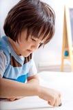 男孩创造性的小孩 免版税库存图片