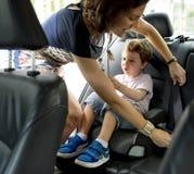 男孩到使用Carseat的汽车里保护安全 库存图片