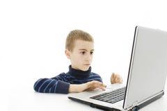 男孩前膝上型计算机监控程序学校开&# 免版税图库摄影