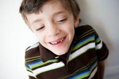 男孩前面笑的丢失显示牙 免版税库存照片