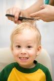 男孩剪切头发 库存图片