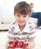 男孩势均力敌的比赛使用录影的一点 免版税库存图片