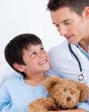 男孩医生他一点纵向微笑 库存照片