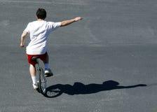 男孩单轮脚踏车 免版税库存图片