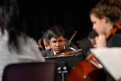 男孩印第安作用青少年的小提琴 免版税库存图片