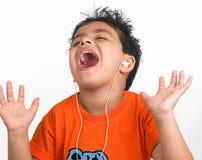 男孩印第安听的音乐始发地 免版税库存图片
