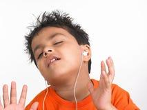 男孩印第安听的音乐 免版税库存图片