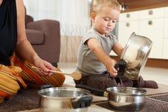 男孩厨房使用的一点 免版税图库摄影