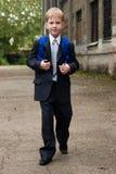 男孩去学校 免版税库存照片