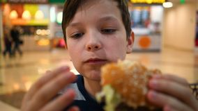 男孩吃光汉堡关闭 影视素材