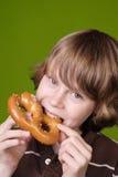 男孩吃椒盐脆饼软件 库存照片