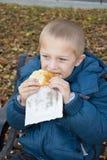 男孩吃的画象 免版税库存图片