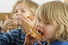 年轻男孩吃薄饼 库存图片