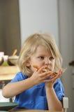 年轻男孩吃薄饼 免版税库存图片