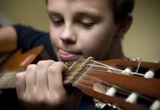 男孩吉他使用 免版税库存照片