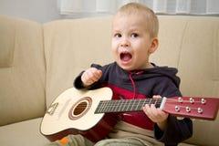 男孩吉他使用 免版税图库摄影