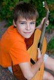 男孩吉他使用的一点 免版税库存图片