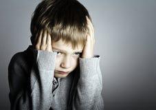男孩吓唬了小 免版税图库摄影