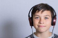男孩听的音乐 免版税图库摄影