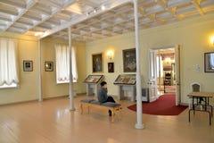 男孩听音频指南在大厅里的保罗1 免版税库存照片