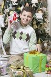 男孩吸引与圣诞节礼物 库存图片