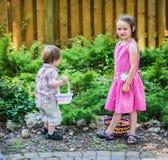 男孩和一个女孩复活节彩蛋狩猎的 免版税库存图片